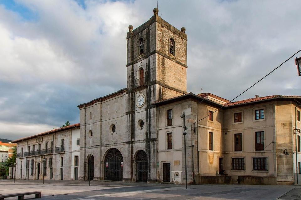 Colegiata de Sta. María la Mayor | Pravia Descanso de Reyes